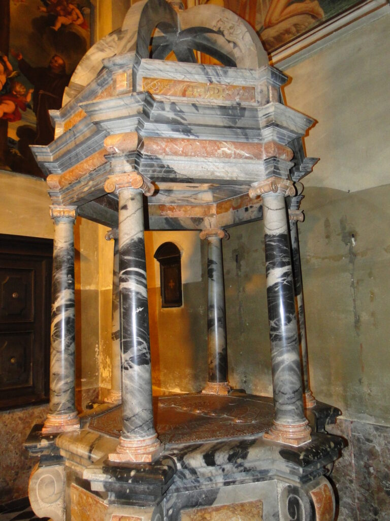 Albino - Fonte battesimale in marmo di Cene e broccatello rosso